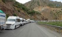 Yasak kalktı Yüksekova girişinde kilometrelerce kuyruk oluştu
