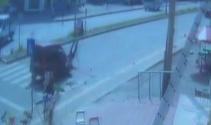 Kamyonetin çarptığı yaşlı adam havada takla attı