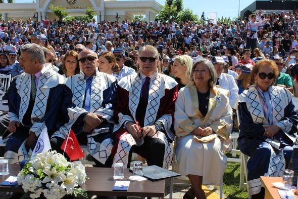 İAÜ'de 11'nci mezuniyet coşkusu