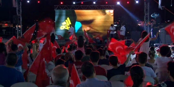 Beyoğlu'nda dev ekranda milli maç heyecanı