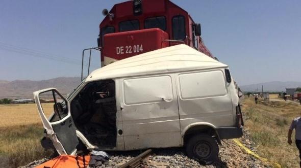 Elazığ'da tren minibüse çarptı: 9 ölü