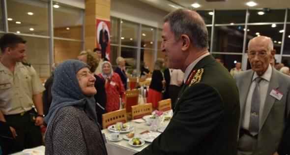 Orgeneral Hulusi Akar, TSK emeklileriyle iftar yaptı