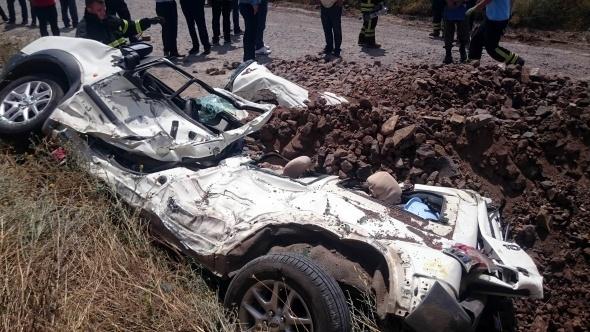 Hafriyat kamyonunun altında ezilen araçtan 5 kişi sağ çıktı
