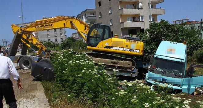 İş makinesi yüklü TIR, tramvay hattına daldı