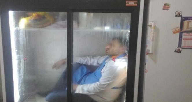 Buzdolabına girerek serinledi