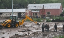Ardahanda dere taştı, evler su altında kaldı