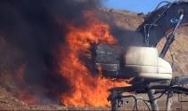 Teröristler iş makinelerini ateşe verip, şoförleri kaçırdı