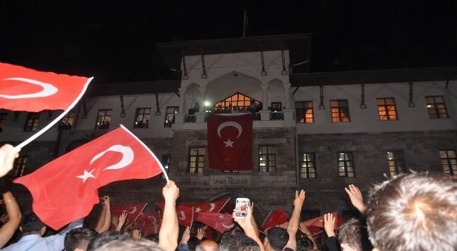 Darbe Protestosu ve Destek İçin Sivas'ta Binlerce Kişi Sokaklara Döküldü