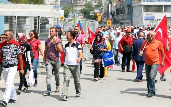 Vatandaşlar Demokrasi ve Şehitler Mitingi'ne koştu