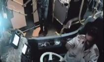 Kamera şakası değil gerçek! Alkol parasını halk otobüsünden çıkardılar