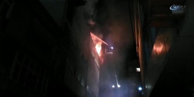 Küçükçekmece'de tekstil deposunda yangın çıktı