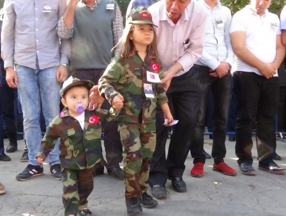 8 yaşındaki Ecrin şehit babasını asker selamı ile uğurladı