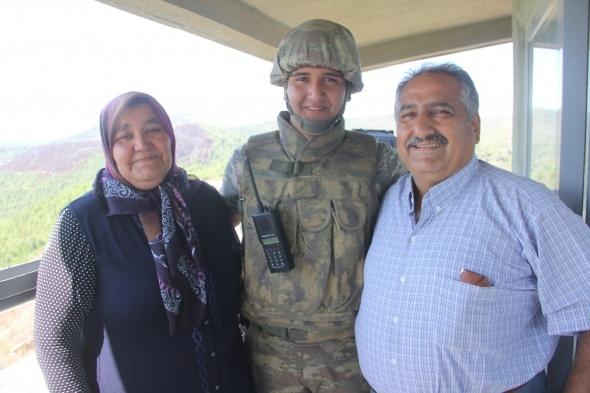 Sınırda nöbet tutan askere bayram sürprizi