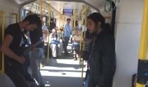Metroda yolcuları şaşkına uğratan konser