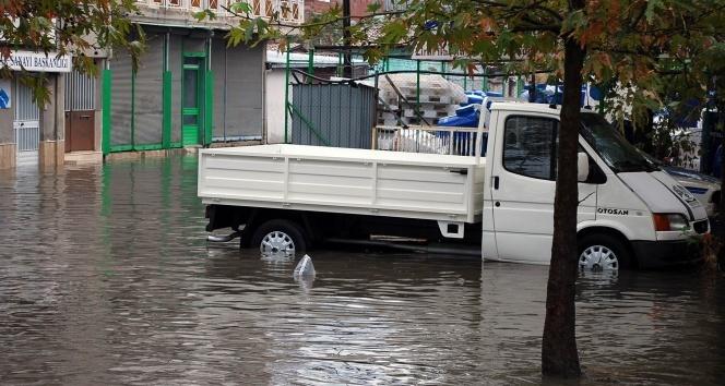 Salihlide sağanak yağış hayatı felç etti