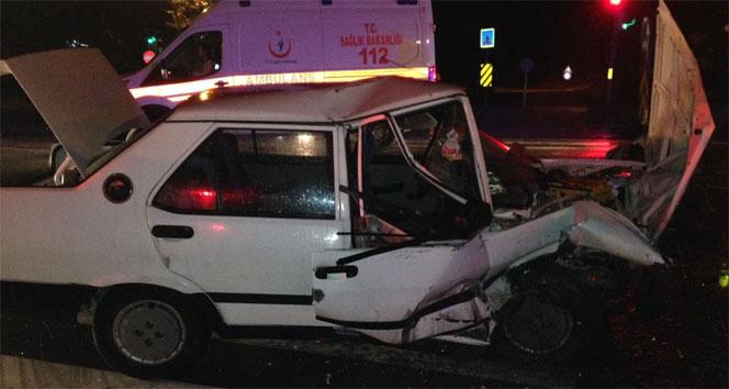 Karşı şeride uçan panelvan otomobile çarptı: 3 yaralı