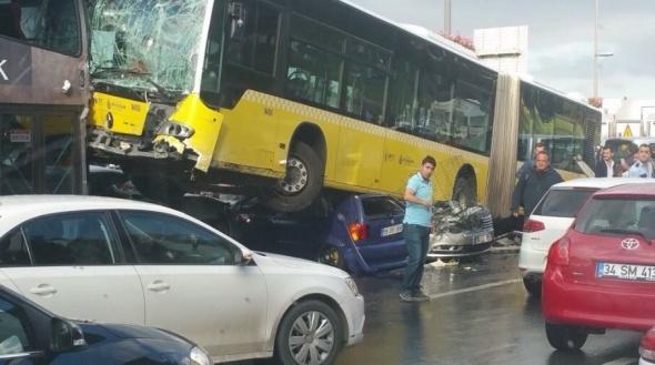 Kontrolden çıkan metrobüs araçların üzerine uçtu