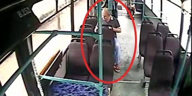 Otobüste unutulan telefonu şoföre teslim etmek yerine cebine attı