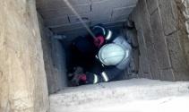 35 metrelik kuyudan yavru kediyi böyle kurtardılar