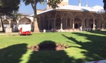 Topkapı Sarayı bahçesinde üç metrelik çukur oluştu