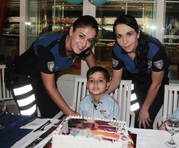 Yağız doğum gününü de polislerle kutladı