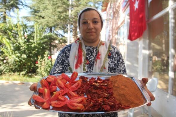 Türkiye'de bir ilk, çiftçi kadınlar domatesten un yaptı