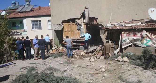 Freni patlayan kamyon Suriyelilerin evine daldı: 1 ölü, 6 yaralı
