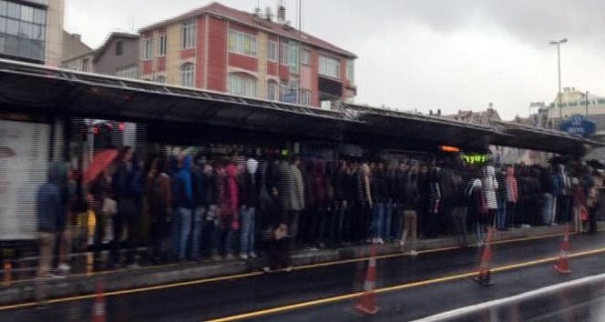 Yağmur, İstanbul trafiğini kilitledi