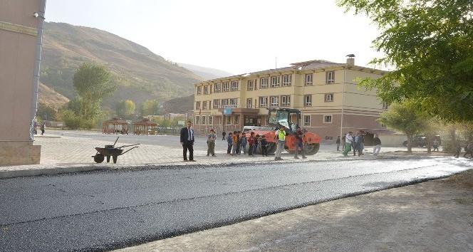 Okul bahçesini asfaltlama çalışması