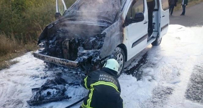 Malatya'da seyir halindeki araç alev aldı
