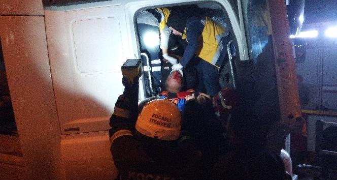 Yön tabelasına girdiren TIR'ın sürücüsü ağır yaralandı