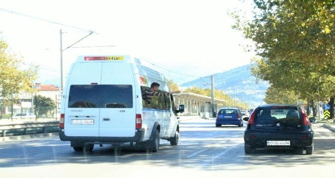 Trafikte camdan sarkan çocuğun tehlikeli oyunu