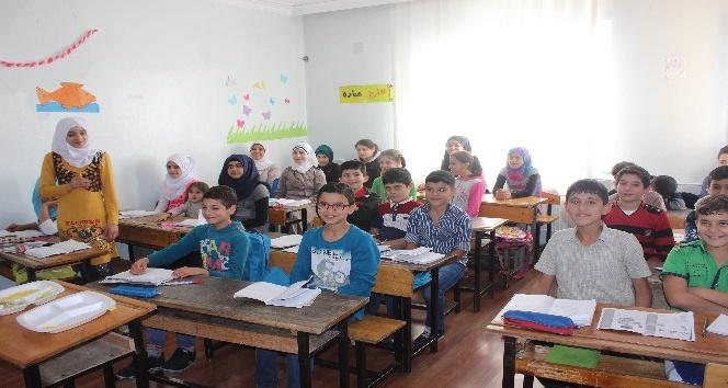 Suriyeli öğrencilerin kayıp yılları hızlandırılmış eğitimle telafi oluyor