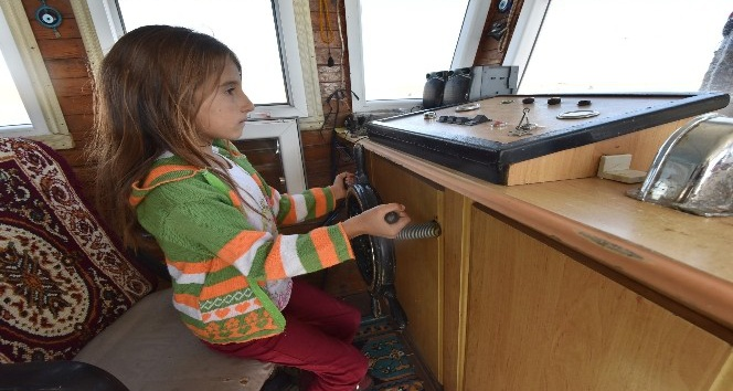 (Özel haber) Yaşıtları oyuncaklarla oynarken o tekne kullanıyor