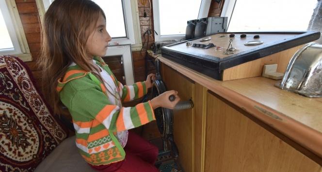 Yaşıtları oyuncaklarla oynarken o tekne kullanıyor