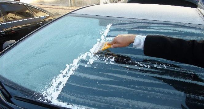 Yozgat'ta araçların camları buz tuttu