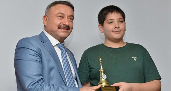 Satrançta Avrupa İkincisi Özenir, Yılın Enleri Ödülünü aldı!