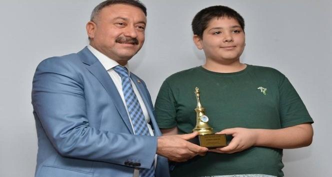 Satrançta Avrupa İkincisi Özenir, Yılın En'leri ödülünü aldı