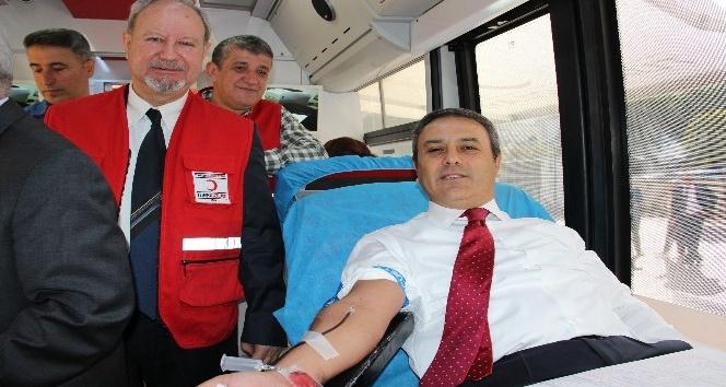 Yoğun mesailerine aldırmadan kan verdiler