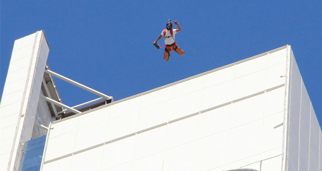 İzmirin göbeğindeki kuleden paraşütle atladı