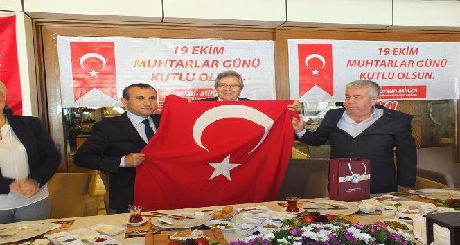 Muhtarlara Türk Bayrağı hediye edildi
