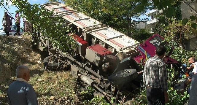 Kamyonla traktör çarpıştı: 2 yaralı