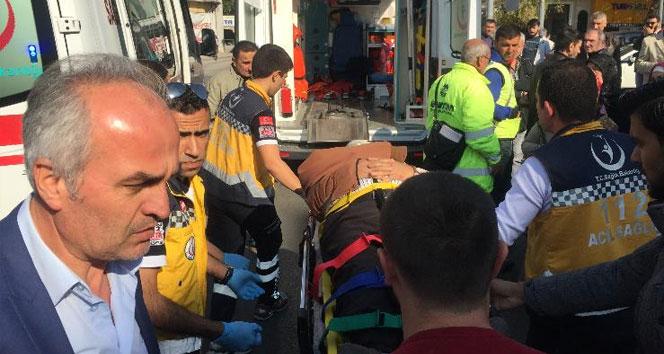 Ters yöne giren otomobil yayalara çarptı: 2 yaralı