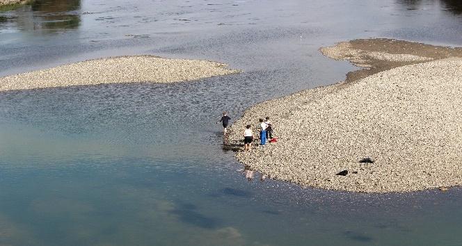 Irmak ortasında tehlikeli balık avı