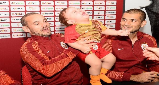 Galatasaraylı futbolcular, taraftarlarla buluştu
