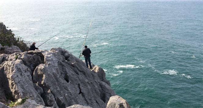 Amatör balıkçıların kayalıklarda tehlikeli balık sevdası