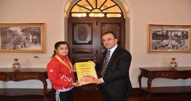 Balkan Güreş Şampiyonundan  Vali Çataklı'ya ziyaret