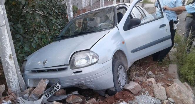 Otomobil kaldırıma çıktı: 2 yaralı