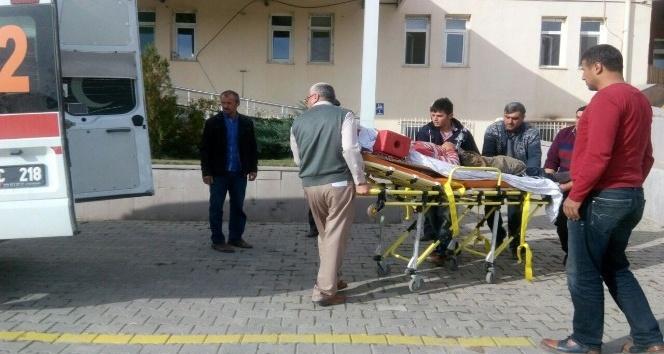 Traktörün altında kalan genç yaralandı