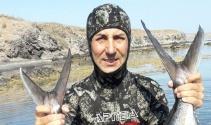 Zıpkınla boyu kadar balıkları avlıyor